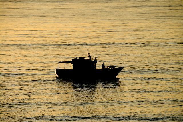 Peschereccio nel mare di Aci Trezza