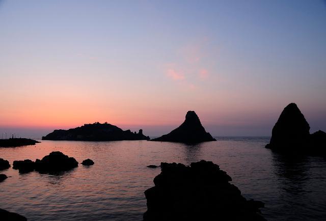 I faraglioni della Riviera dei Ciclopi all'alba