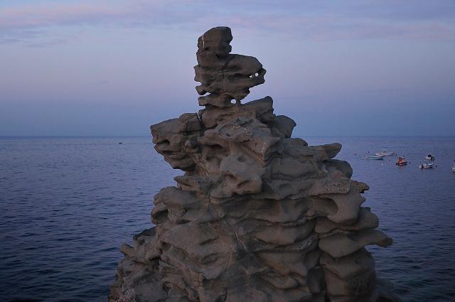 Un'affascinante faraglione nella Riviera dei Ciclopi