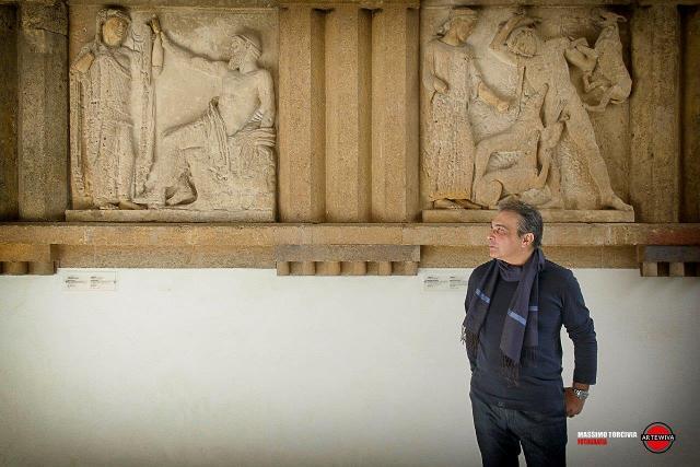 Il musicista Salvo Ferrara davanti alle Metope
