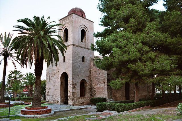Il campanile e il portico di San Giovanni dei Lebbrosi