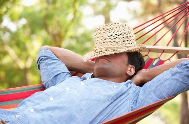 Il caldo e la conseguente fiacchezza. L'afa e il prosciugamento delle energie. Chi in estate non cede al bisogno di una pennichella pomeridiana?