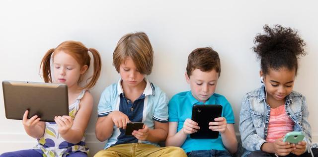 Almeno durante i viaggi estivi, bambini senza smartphone!