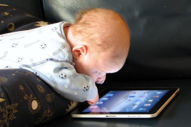 Inoltre, si stima che i genitori di neonati e bambini di età inferiore ai 3 anni, lasciano usare smartphone e tablet per 28 minuti al giorno!