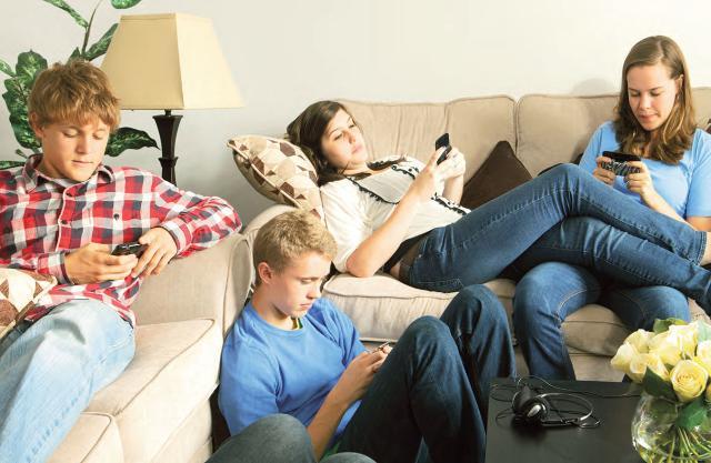 Le distinte attività realizzate da dispositivo seguono anch'esse uno schema generale in accordo con l'età: i più grandi concentrano le loro energie e il loro tempo immersi nei Social Network.