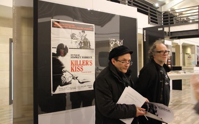 """Umberto Cantone ed Enrico Ghezzi alla mostra, curata da Cantone, """"Carta Kubrick"""" al Museo archeologico virtuale di Ercolano, 2011"""