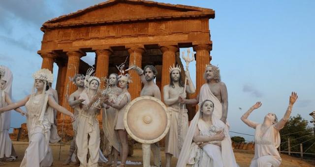 Gli spettatori sono stati - e saranno - accolti da dei, eroi, eroine e diverse figure mitologiche, statue che si animeranno...