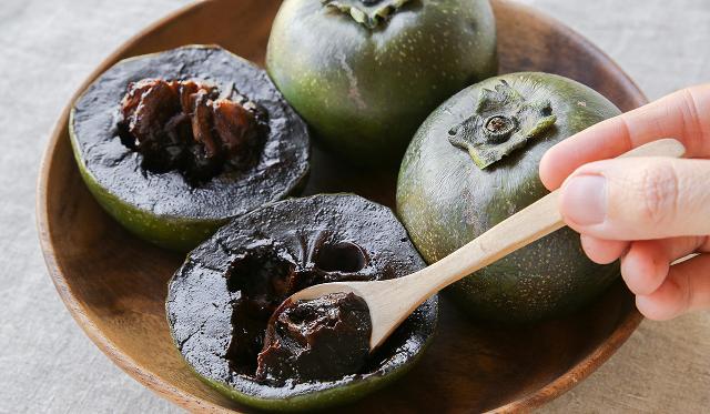 """Lo zapote nero è un frutto popolare in America Centrale e si trova principalmente in Messico, Repubblica Dominicana, Cuba e Guatemala. È comunemente chiamato """"cachi nero"""" o """"frutto budino al cioccolato"""" per il suo sapore e colore."""