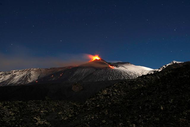 """Forbes consiglia di esplorare """"il paesaggio misterioso dell'Etna, il più grande vulcano d'Europa e uno dei vulcani più attivi al mondo""""."""