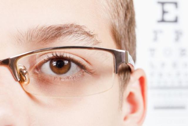 MIOPIA - È un difetto della vista per cui, progressivamente, non si riesce a mettere a fuoco gli oggetti lontani.