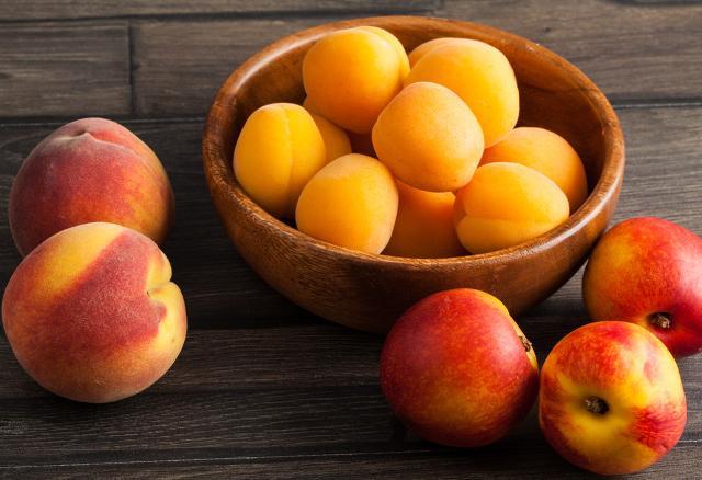 ... e frutta dolce come albicocche, pesche e nettarine.