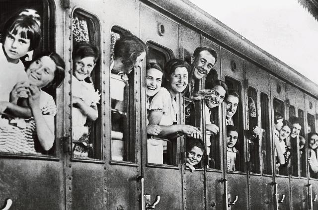 Foto storica di un treno popolare di Ferragosto