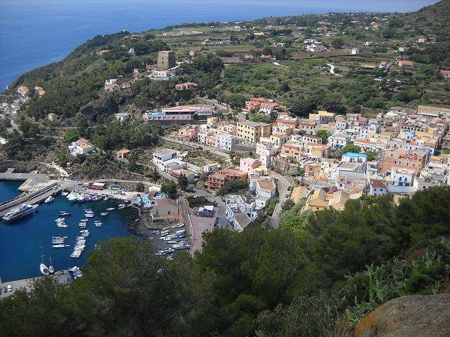 Ustica, panorama del porto e del paese - ph Miceli vincenzo
