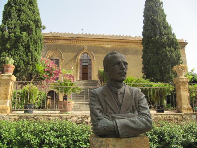 Il busto di Sir Alexander Hardcastle davanti l'entrata di Villa Aurea