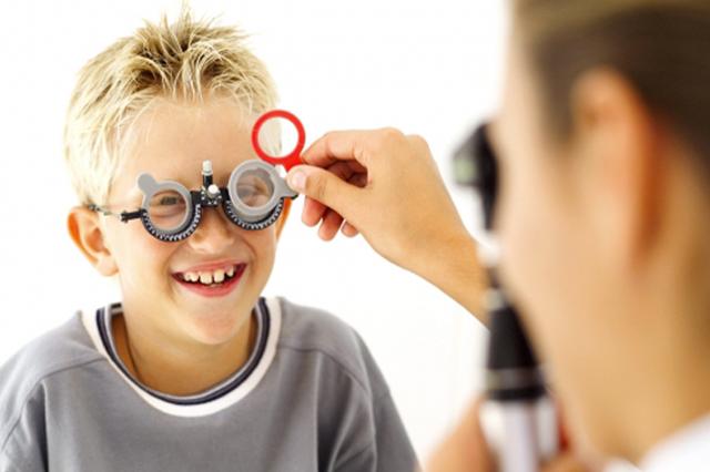 ASTIGMATISMO - Nell'astigmatismo la cornea non è sferica, ma assomiglia più a un pallone da rugby.