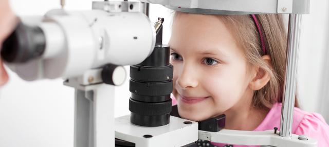 """STRABISMO - I movimenti oculari sono governati da muscoli che permettono la sincronia: le immagini si riproducono nei due occhi simultaneamente, determinando una visione unica sull'area visiva cerebrale. Ma se un muscolo funziona in modo anomalo si ha il cosiddetto """"occhietto storto"""""""