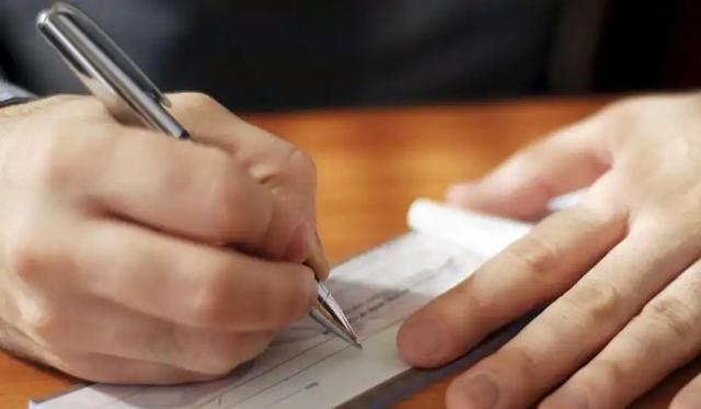 Per i figli vale un discorso a parte: gli assegni sono ancora previsti, pur venendo calcolati con criteri sempre più limitanti...
