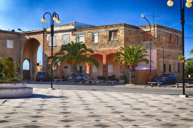 Borgo Bonsignore, botteghe sotto i portici - ph Borgo Bonsignore, la caserma - ph wwwvoxhumana.blogspot.com