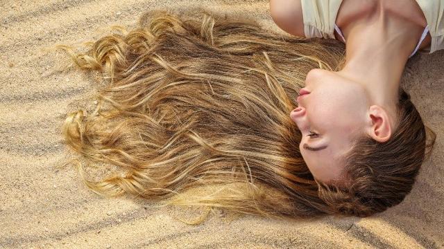 Al rientro dalle vacanze spesso ci si ritrova con i capelli spenti e sfibrati. I colpevoli? Sole, salsedine e cloro.