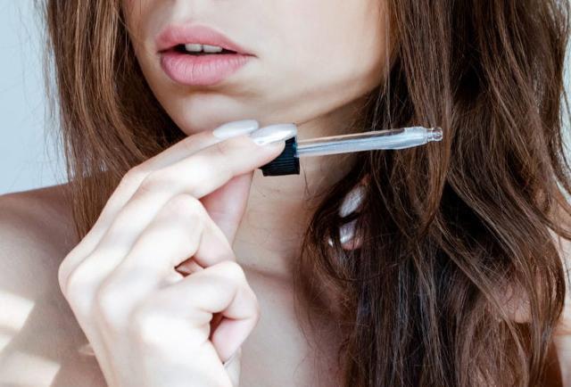 Prodotto haircare immancabile per un rapido recover sono gli oli ristrutturanti: rinforzano la fibra del capello sfibrato e danneggiato da sole e salsedine