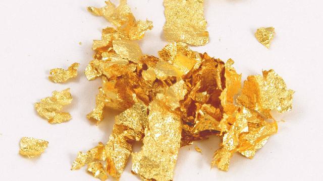 In cima una foglia d'oro, simbolo di avarizia e potere che contrasta con la base povera.