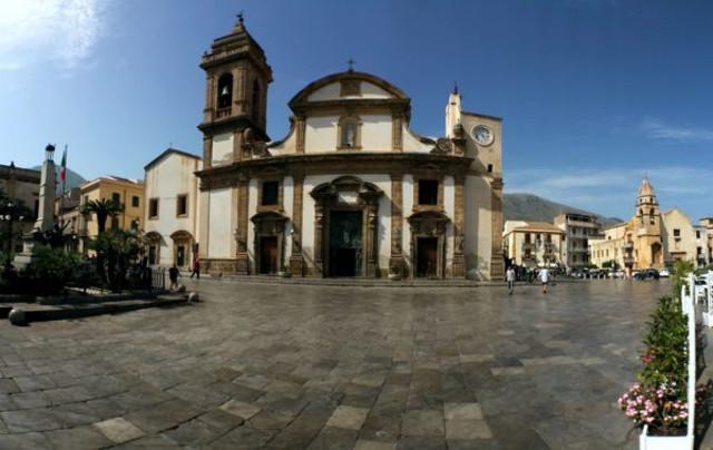 La piazza e il duomo di Carini