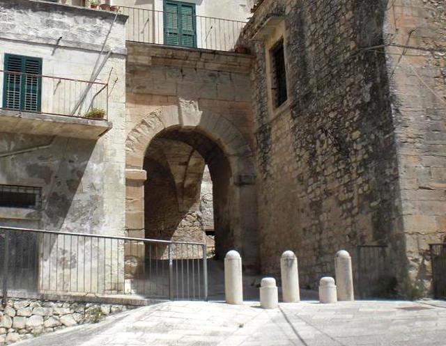 Porta Walter, unica porta rimasta intatta della cinta muraria difensiva dell'antico castello - ph Sal73x