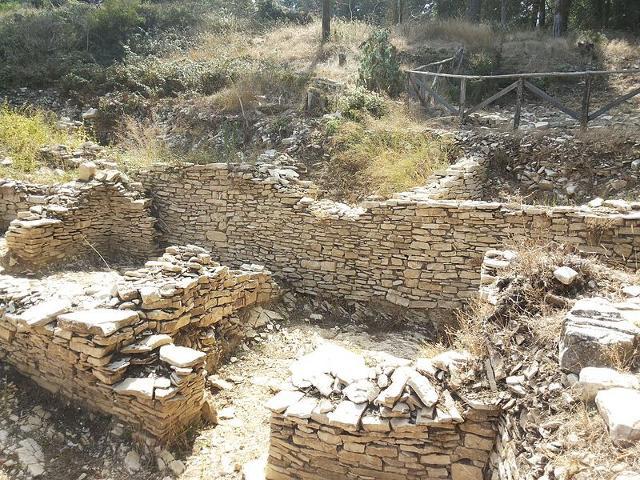 Resti di un antico insediamento sul Monte Bonifato - ph Daniele Pugliesi