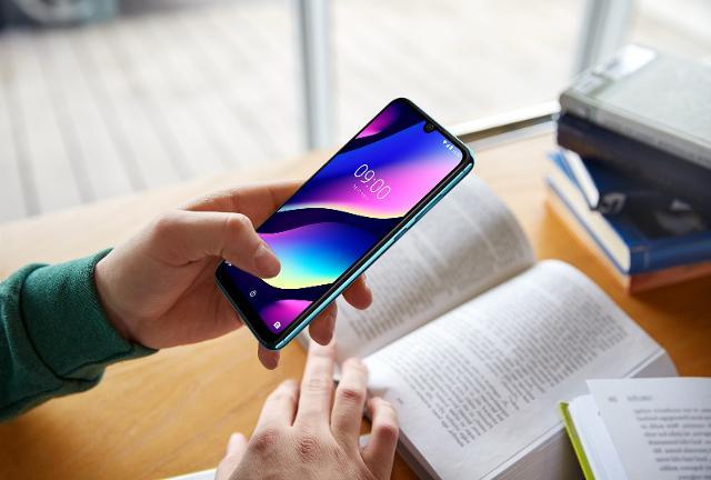 Secondo un'indagine svolta da Skuola.net, in collaborazione con il brand franco-cinese di telefonia Wiko, più di 1 studente su 10 inserisce lo smartphone nel tradizionale corredo scolastico.