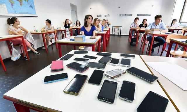 Solo il 29%, invece, durante l'orario di scuola sinora è stato costretto a tenere il telefono rigorosamente lontano dal banco.