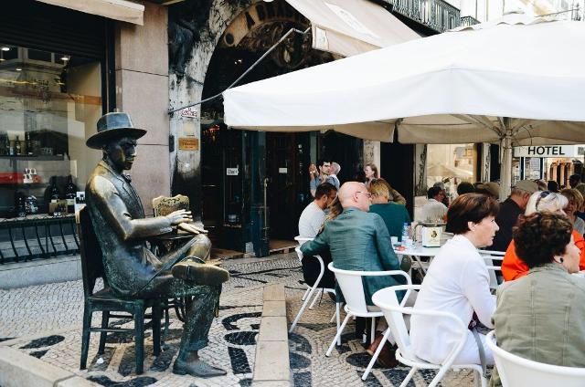 """La statua di Fernando Pessoa davanti al caffè """"A Brasileira"""", a Lisbona"""