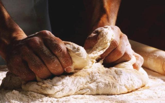 Con la pandemia i siciliani sono tornati a mettere le ''mani in pasta''