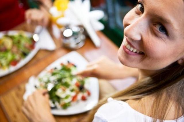 Le donne mangiano diversamente dagli uomini, in particolare mangiano in modo significativo più proteine, più vitamina A, acido folico e vitamina C, mangiano più verdura e pranzano più spesso a casa...