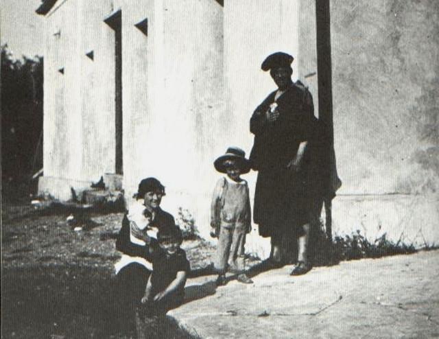 La famiglia Crowley davanti l'Abbazia di Thélema a Cefalù