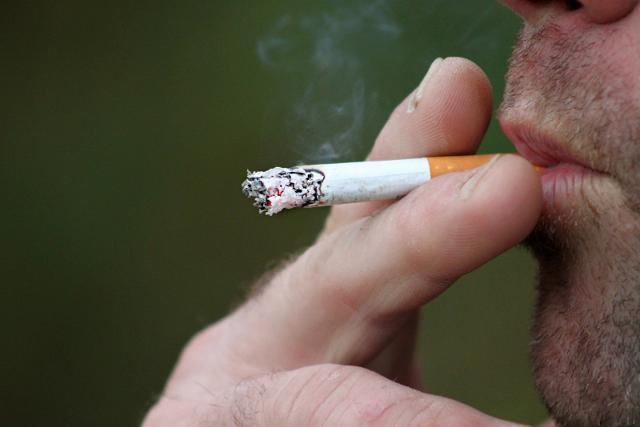 """Al secondo posto nella classifica delle persone che i vacanzieri italiani non vorrebbero incontrare ci sono """"i fumatori""""..."""