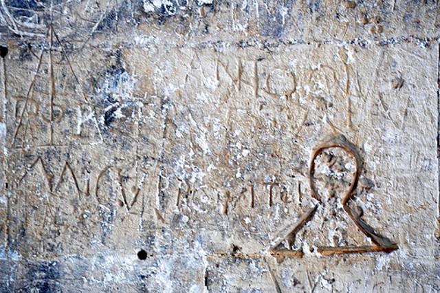 Un esempio dei graffiti incisi dai carcerati nel Castello Ursino