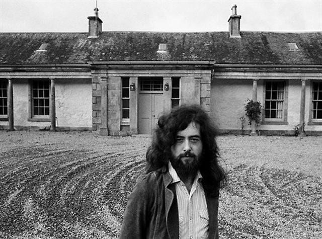 Jimmy Page davanti Boleskine House