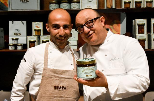 Nino Testa, secondo comandante e cuoco e lo chef stellato Ciccio Sultano
