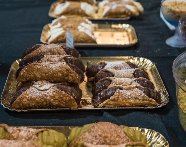 Cannoli con la ricotta, crema al pistacchio e crema al cioccolato alla Sicily Fest London