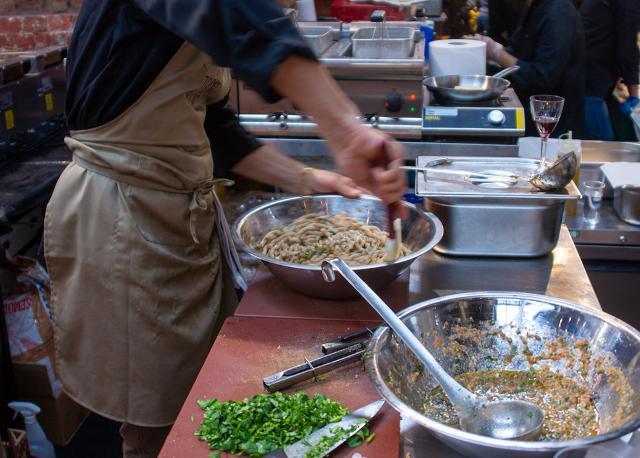 Alla Sicily Fest London si prepara il Pesto alla Trapanese
