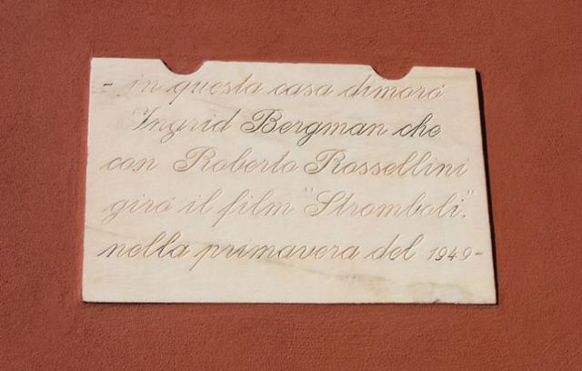 La targa della casa che fu di Roberto Rossellini e Ingrid Bergman a Stromboli