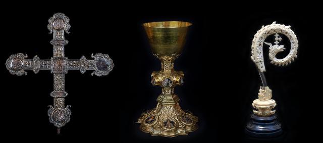 """Alcuni dei pezzi in mostra. Da sinistra: """"Croce astile"""" d'argento, Calice d'argento"""" e """"Riccio di pastorale detto di Angelo Sinisio"""" in avoro"""