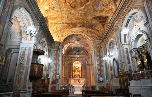 La navata della Chiesa del Santissimo Crocifisso di Montemaggiore Belsito
