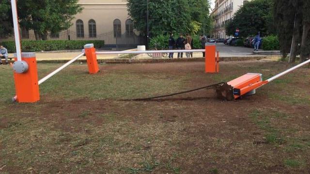L'opera di Giuseppe Lana vandalizzata