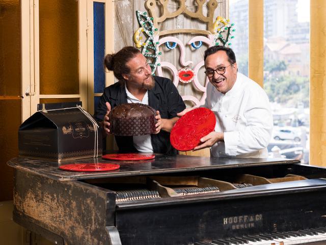 Da sinistra l'artista Domenico Pellegrino, al centro il suo piatto cadeau disegnato per la Di Stefano, a destra Enzo Di Stefano, pasticcere e imprenditore - ph Alessandro Castagna