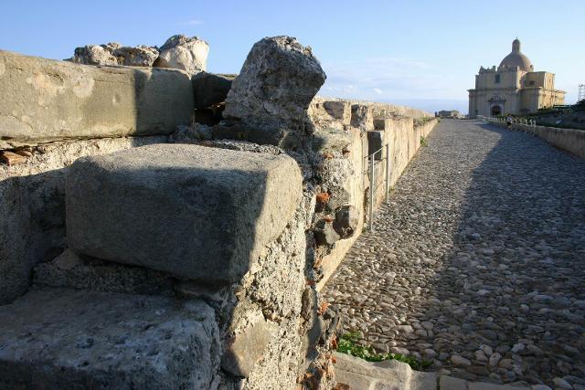 La stradella acciottolata che porta verso il castello