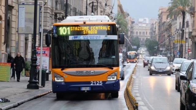 Autobus AMAT per le vie di Palermo