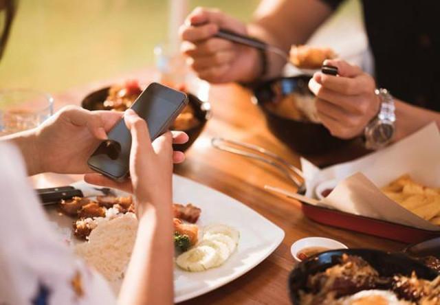 A pranzo coi colleghi? Posate lo smartphone... - Gentilezza 2.0
