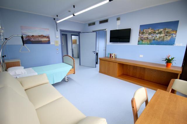 Una delle 10 stanze del nuovo hospice dell'ospedale La Maddalena