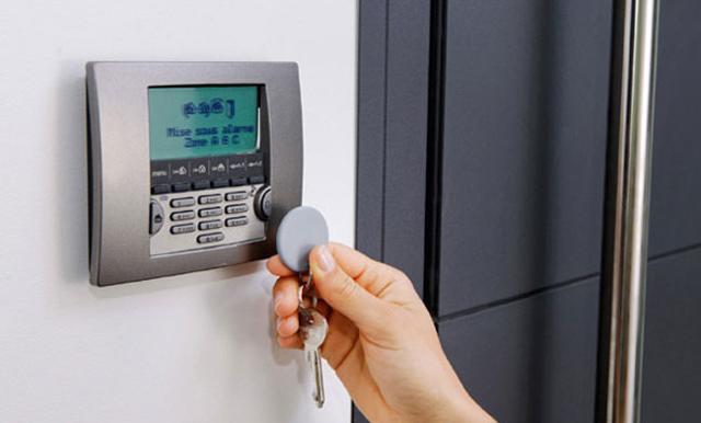 Come difendersi, allora, dalle intrusioni indesiderate? Tra le soluzioni migliori, per il 38% dei palermitani c'è quella di installare un impianto di allarme...
